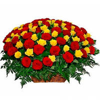 Корзина из красных и желтых роз