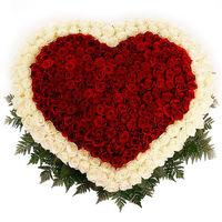 """Сердце из белых и красных роз """"Роскошное"""""""