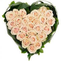 Сердце из кремовых роз